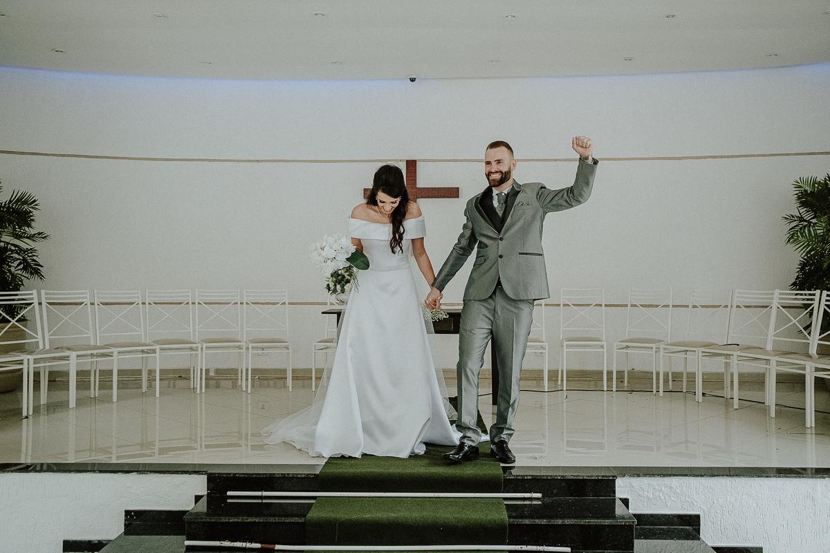 entrada da noiva casamentos de dia fotografia de casamento fotos por caio henrique entrada da noiva mini wedding noivos sorrindo votos do casal troca de aliancas comprimentos