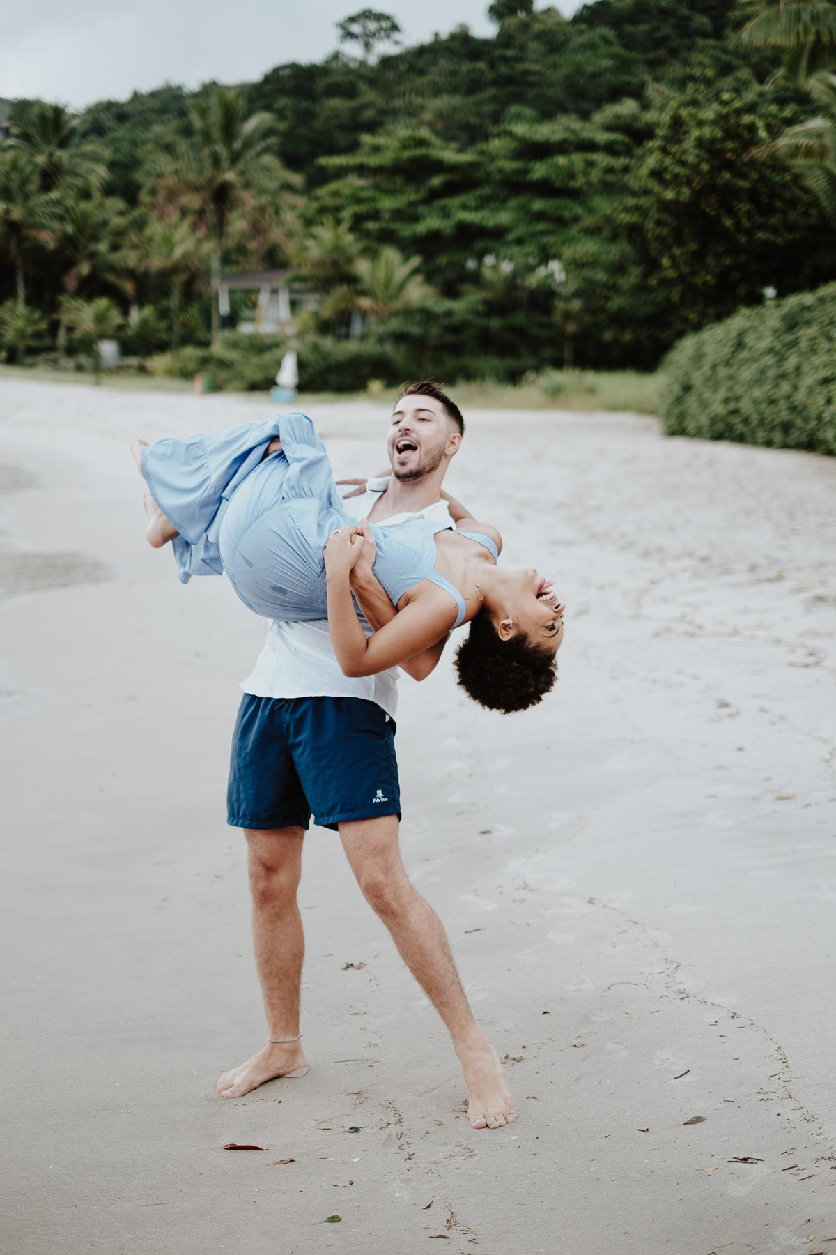casamentos de dia fotografos de casamentos ensaio casal na praia das conchas mini weddings elopement  casal sorrindo fotos espontaneas