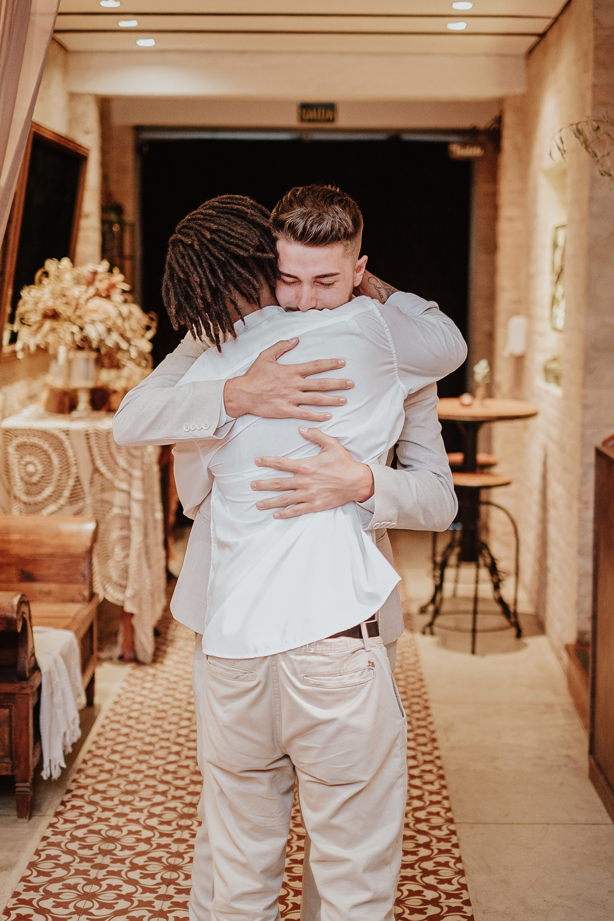 noivo com os padrinhos casamentos de dia mini weddings na casa quena em sao paulo fotografia por caio enrique casamentos intimistas