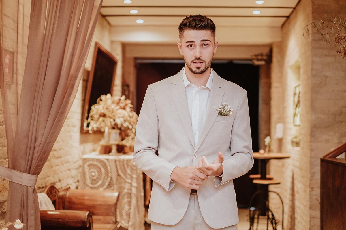 noivo com os padrinhos casamentos de dia mini weddings na casa quena em sao paulo fotografia por caio enrique casamentos intimistas entrada do noivo