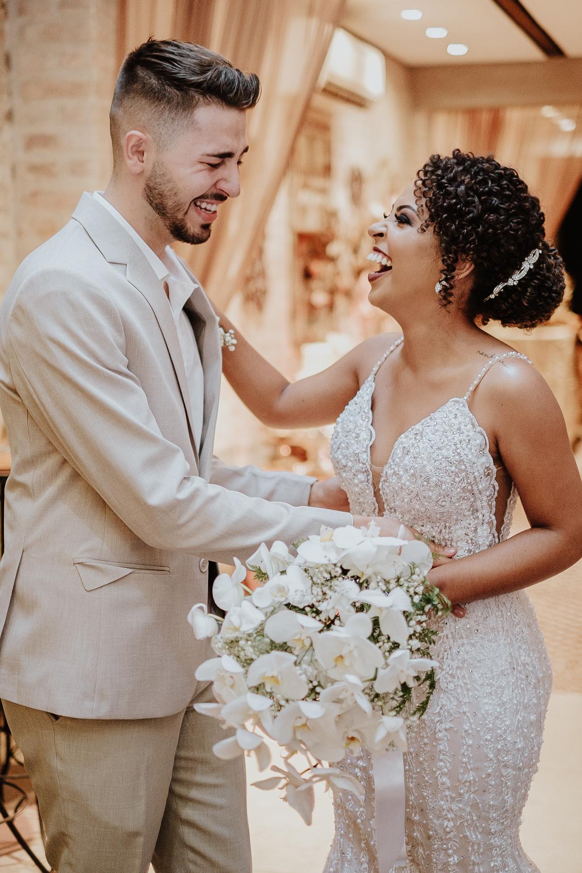 casamentos boho chic intimista na casa quena entrada da noiva vestido de noiva fotografia de casamento por caio henrique noiva sorrindo