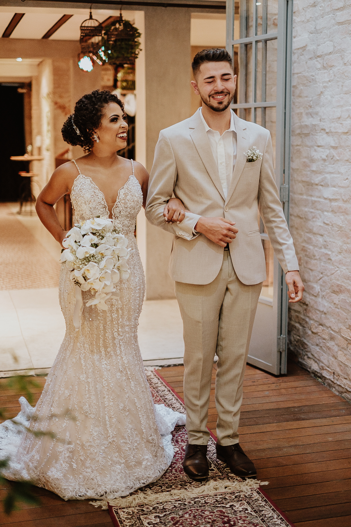 casamentos boho chic intimista na casa quena entrada da noiva vestido de noiva fotografia de casamento por caio henrique noiva sorrindo entrada dos noivos