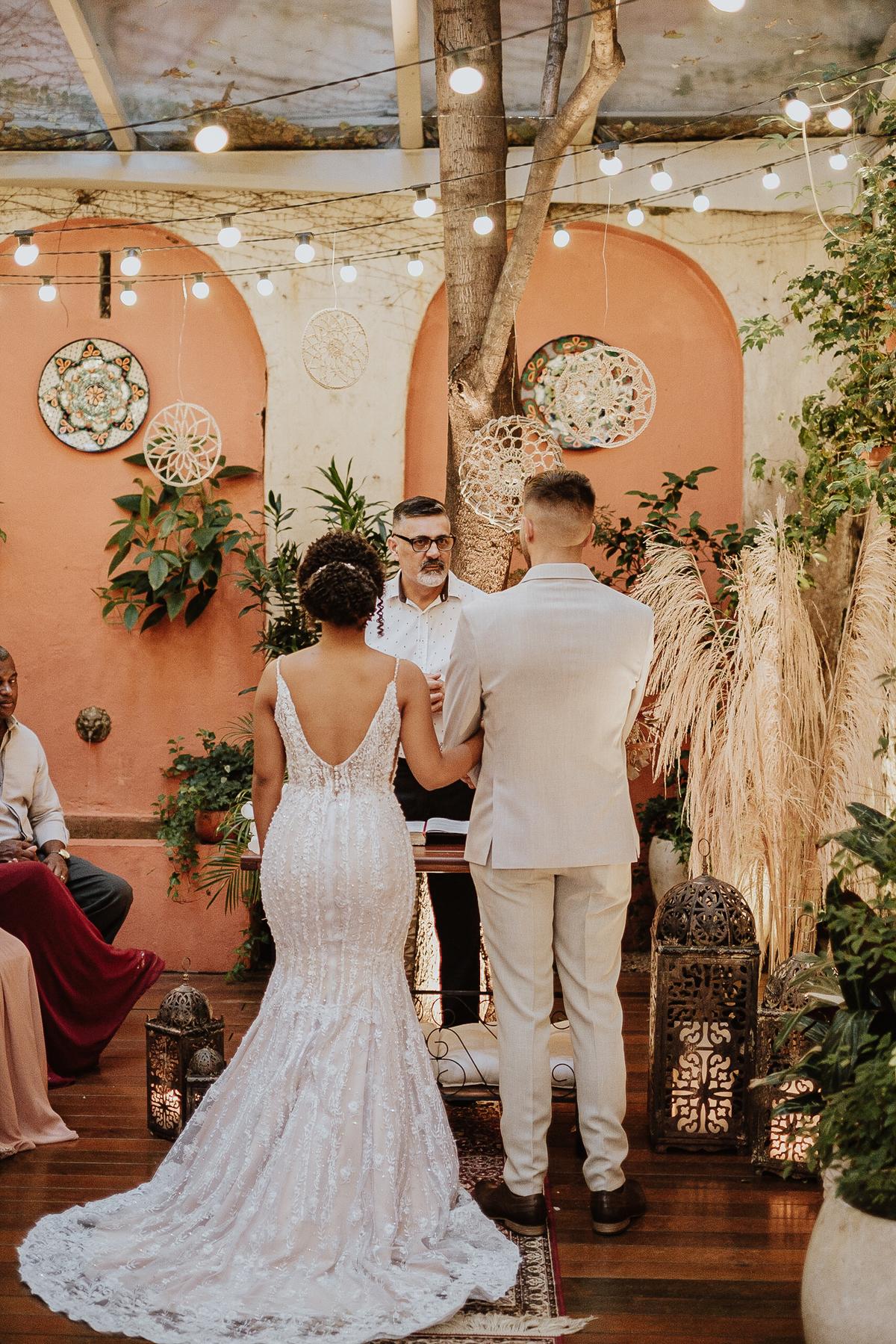 casamentos intimistas elopement wedding noivos no altar ideias para casar decoracao de casamento cerimonias intimistas