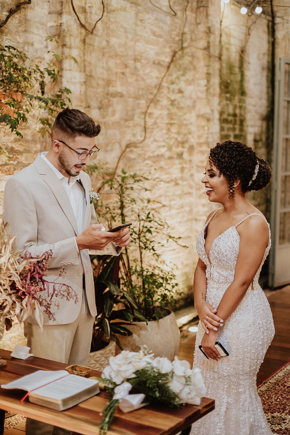 casamentos intimistas elopement wedding noivos no altar ideias para casar decoracao de casamento cerimonias intimistas votos dos noivos