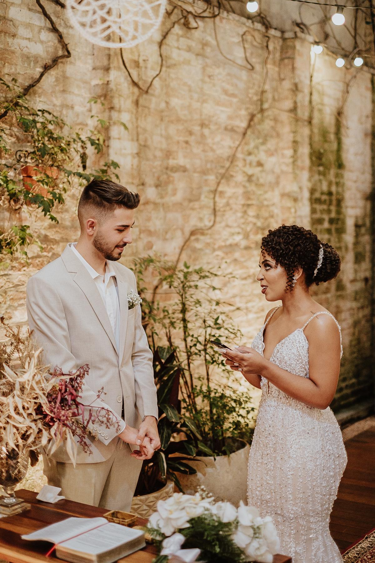 casamentos intimistas elopement wedding noivos no altar ideias para casar decoracao de casamento cerimonias intimistas votos da noiva