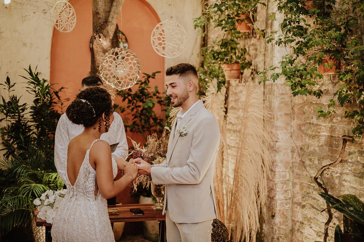 troca de aliancas noivos no altar cerimonia intimista casa quena fotos por caio henrique