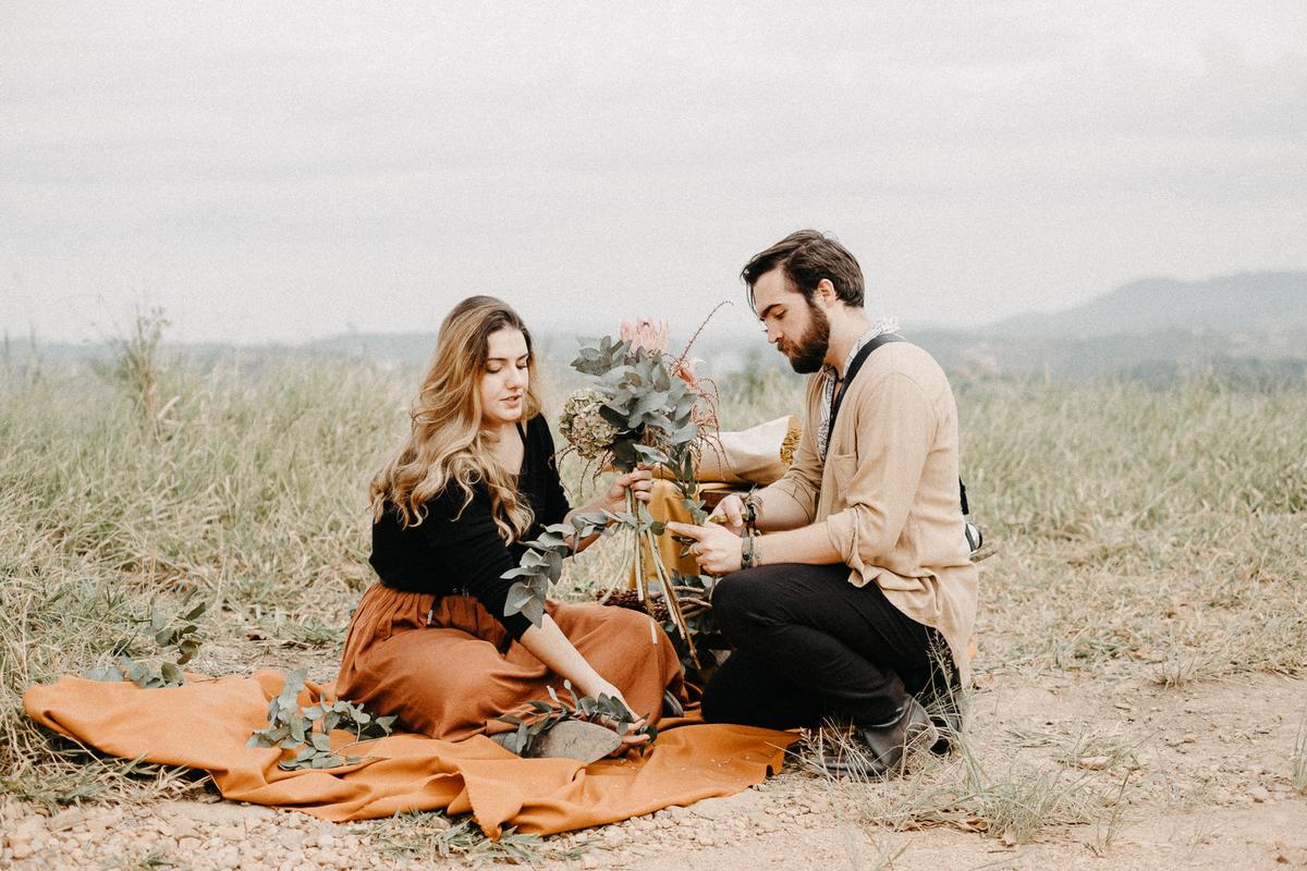 Ensaio pre casamento pre wedding no campo fotografia de casamento ensaios intimistas ideias para casar noiva florista buque de noiva casal artista boho chic