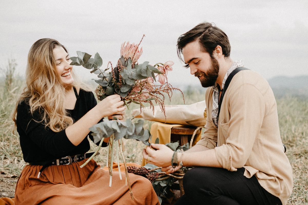 Ensaio pre casamento pre wedding no campo fotografia de casamento ensaios intimistas ideias para casar noiva florista buque de noiva