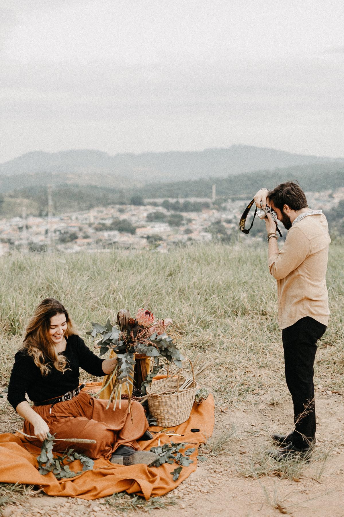 ensaio casal casamentos de dia elopment wedding noiva florista buque de noiva casal artista ensaios minimalistas fotografia por caio henrique morro do capuava