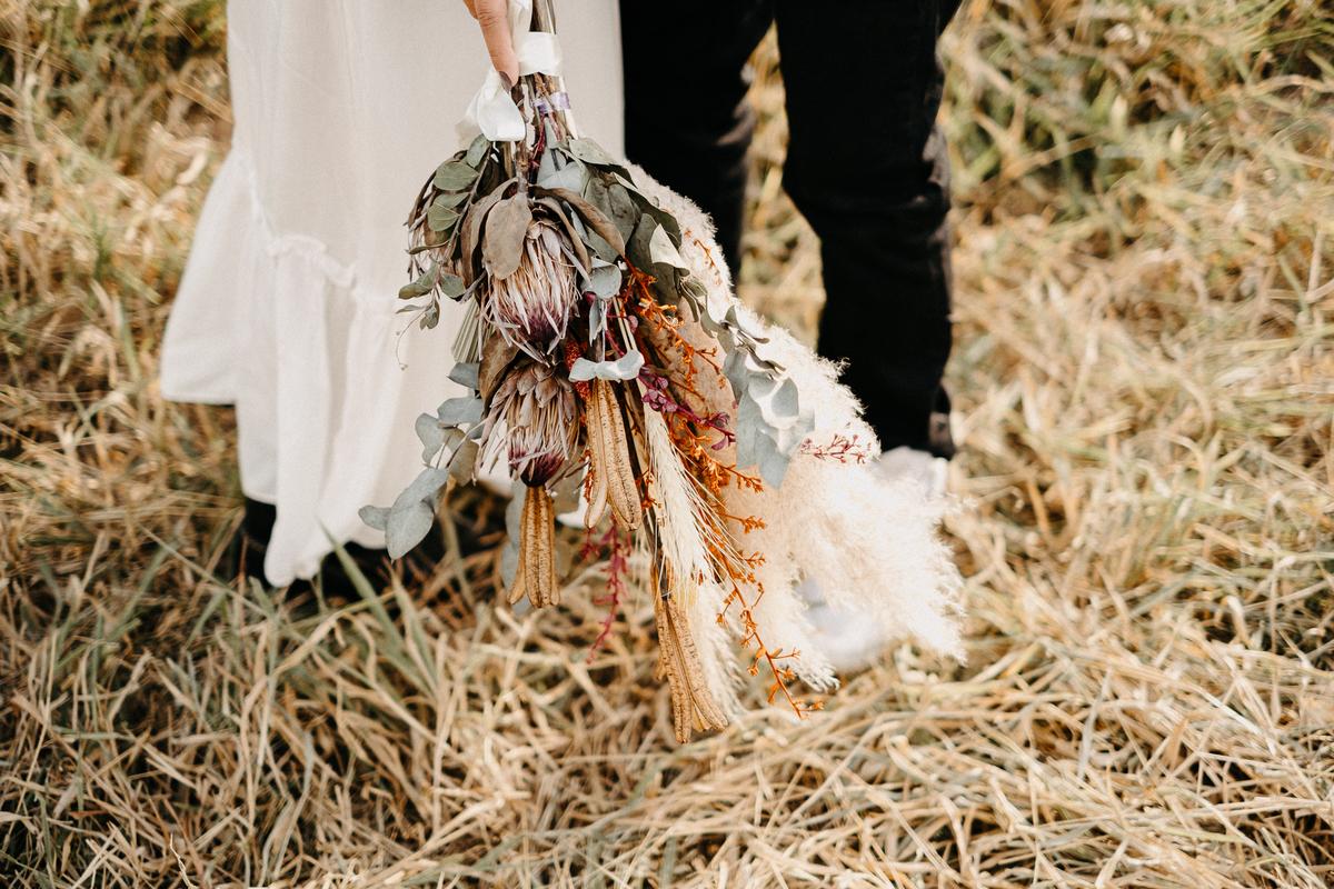ensaio pre wedding no campo com por do sol casamentos de dia na fazenda fotografos de casamento casais estilosos ideias de ensaio casal cerimonias no campo mini weddings