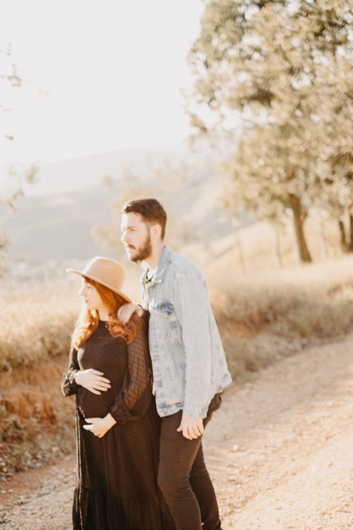 ensaio gestante ensaio pre wedding fotografia de familia fotografos de familia casal estiloso noiva de botas e chapeu ensaio morro do capuava pirapora do bom jesus