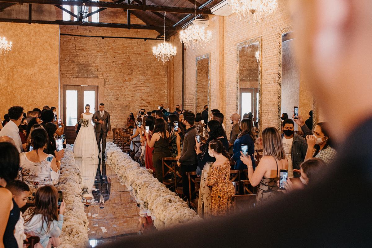 entrada da noiva casamentos de dia casar no campo ao ar livre fotografos de casamento fotos por caio henrique vestido de noiva vestido minimalista entrada da noiva