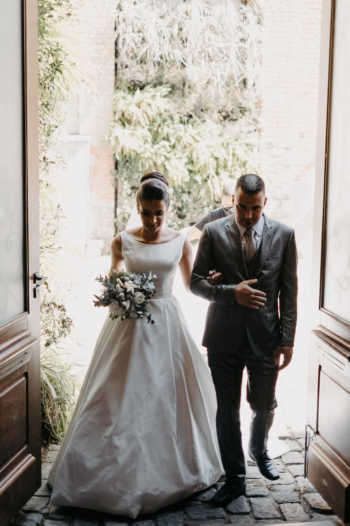 entrada da noiva casamentos de dia casar no campo ao ar livre fotografos de casamento fotos por caio henrique vestido de noiva vestido minimalista