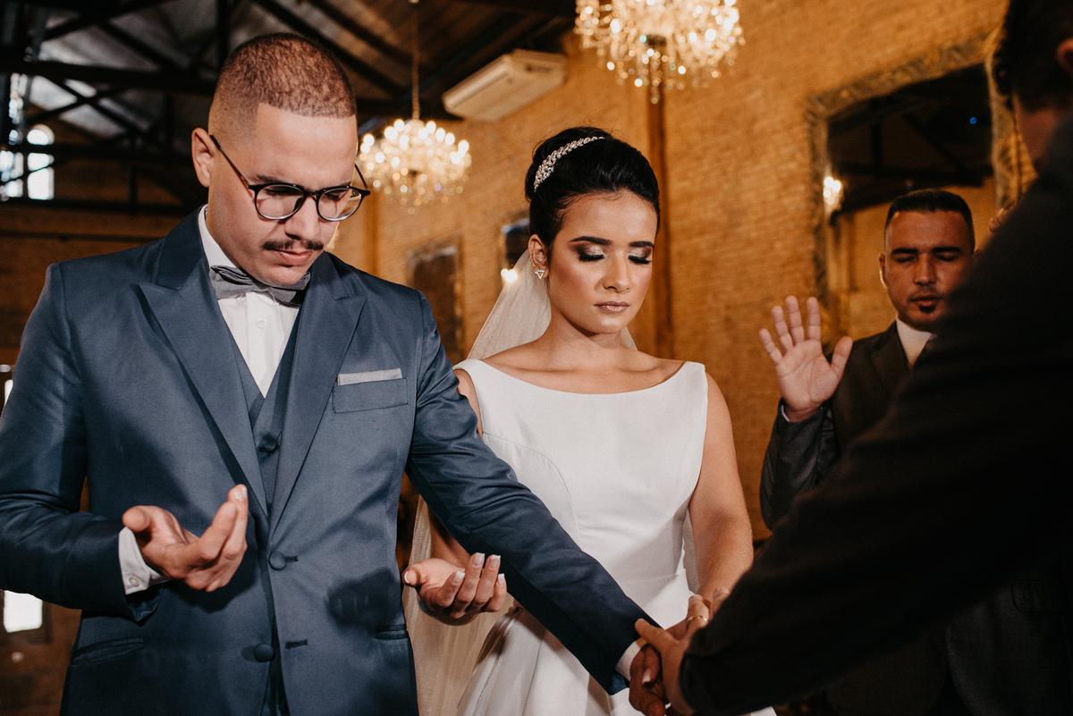 fotografia de casamento noivas 2022 casar no campo traje de noivo casal sorrindo cerimonia mansao ferrara fotos por caio henrique fotografia autentica casamento cristao