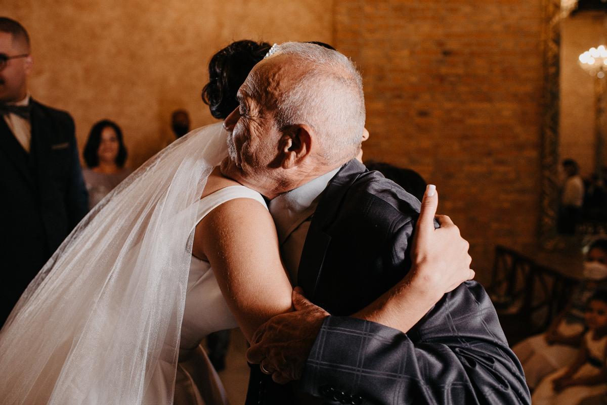 fotografia de casamento noivas 2022 casar no campo traje de noivo casal sorrindo cerimonia mansao ferrara fotos por caio henrique fotografia autentica casamento cristao  troca de alianças  avo da noiva