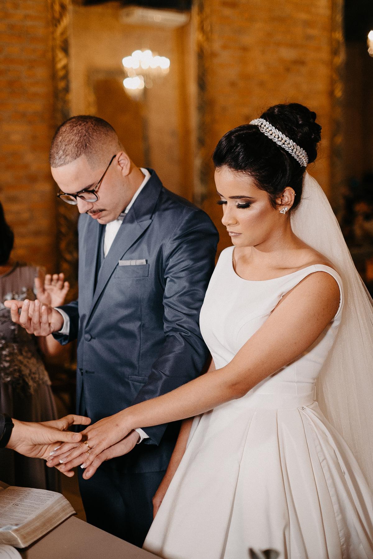 fotografia de casamento noivas 2022 casar no campo traje de noivo casal sorrindo cerimonia mansao ferrara fotos por caio henrique fotografia autentica casamento cristao  troca de alianças