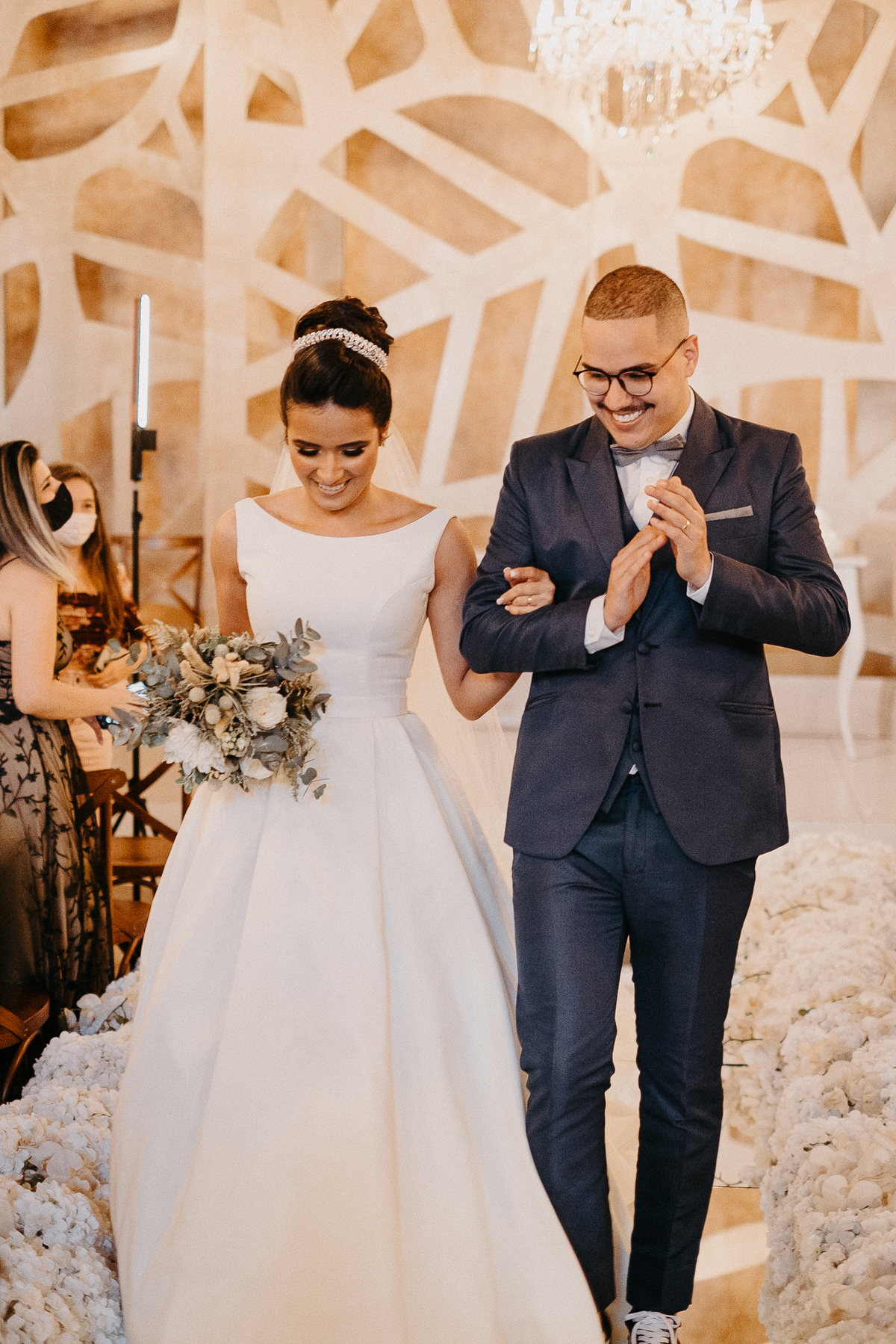 casamentos de dia fotografia de casamento casal cristao casamento mansao ferrara fotos por caio henrique saida do casal sorrindo