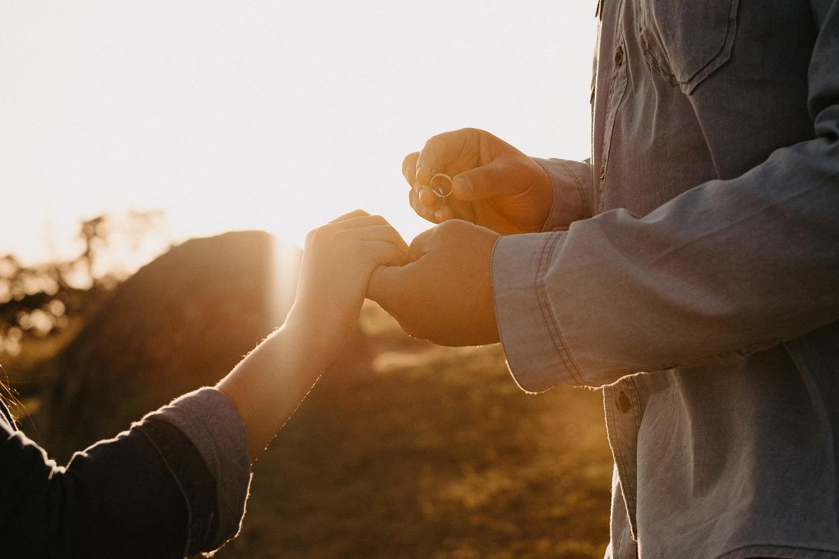 ensaio pre casamento fotografia de casamento ensaio casal no campo nascer do sol em mogi