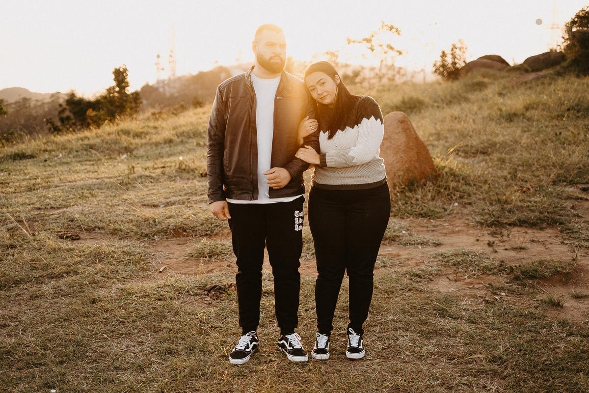 pre wedding campo ensaio casal no nascer do sol pico do urubu mogi das cruzes fotos por caio henrique fotografo de casamento casamentos em mogi