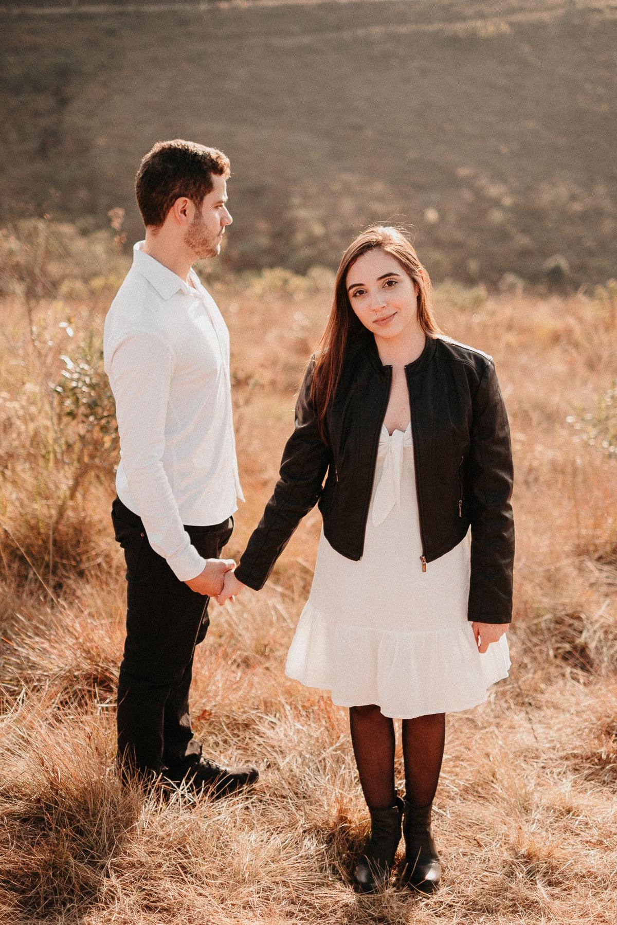 ensaio no campo pre wedding no por do sol em campos do jordao fotos por caio henrique fotografo de casamento sao paulo fim de tarde elopement wedding cerimonias intimista