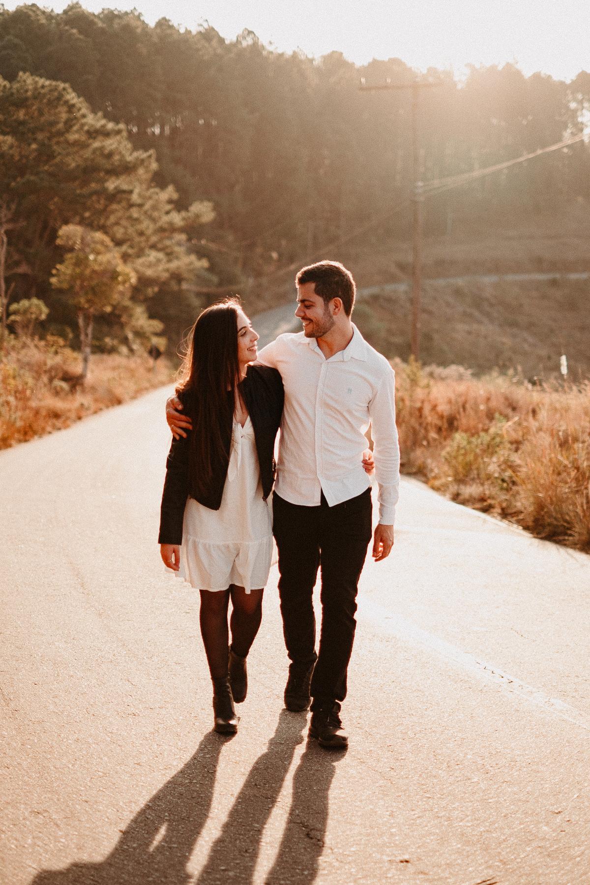ensaio no campo pre wedding no por do sol em campos do jordao fotos por caio henrique fotografo de casamento sao paulo fim de tarde elopement wedding cerimonias intimista por do sol pico do itapeva