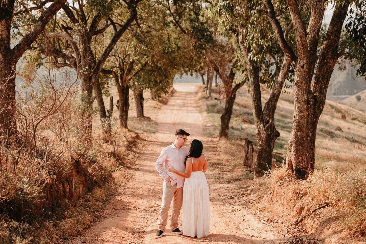 ensaio pre casamento no campo por do sol em pirapora do bom jesus morro do capuava pre wedding  casamentos no campo fotos por caio henrique fotografo de casamentos em sao paulo vestido de noiva fim de tarde