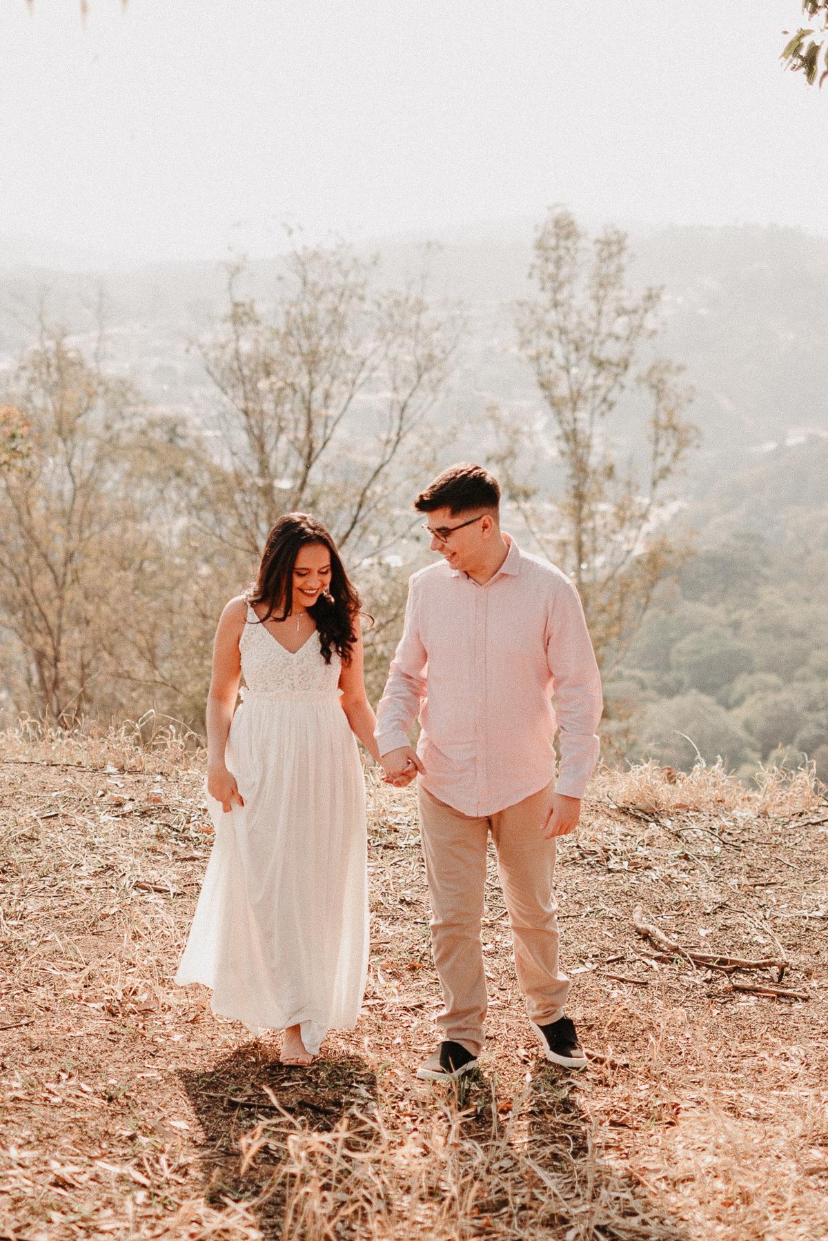 ensaio pre casamento no campo por do sol em pirapora do bom jesus morro do capuava pre wedding  casamentos no campo fotos por caio henrique