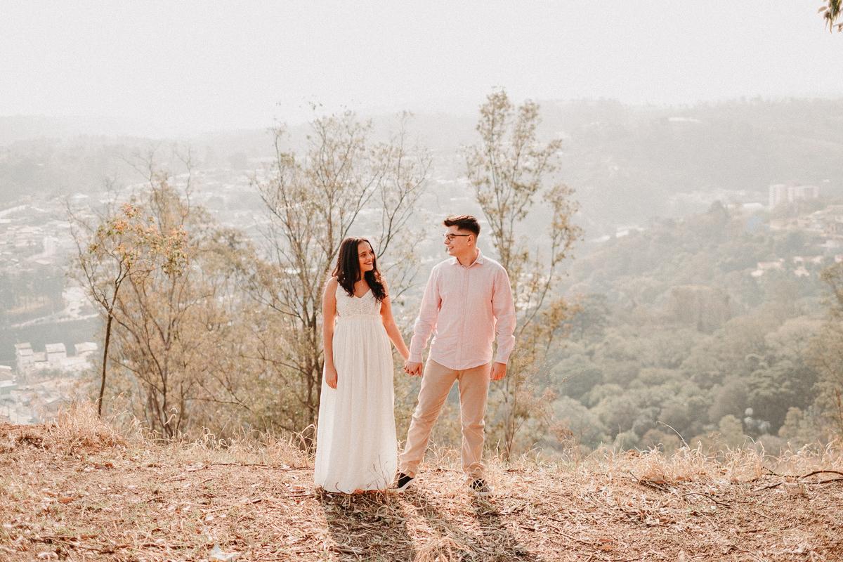 ensaio pre casamento no campo por do sol em pirapora do bom jesus morro do capuava pre wedding  casamentos no campo fotos por caio henrique fotografo de casamentos em sao paulo