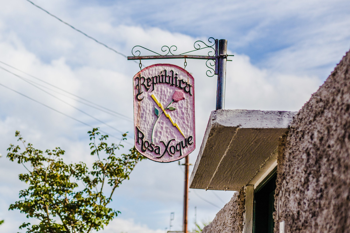 fotografia da formatura da Érika  feita pela UmGirassol em Ouro Preto Minas Gerais na república Rosa Xoque