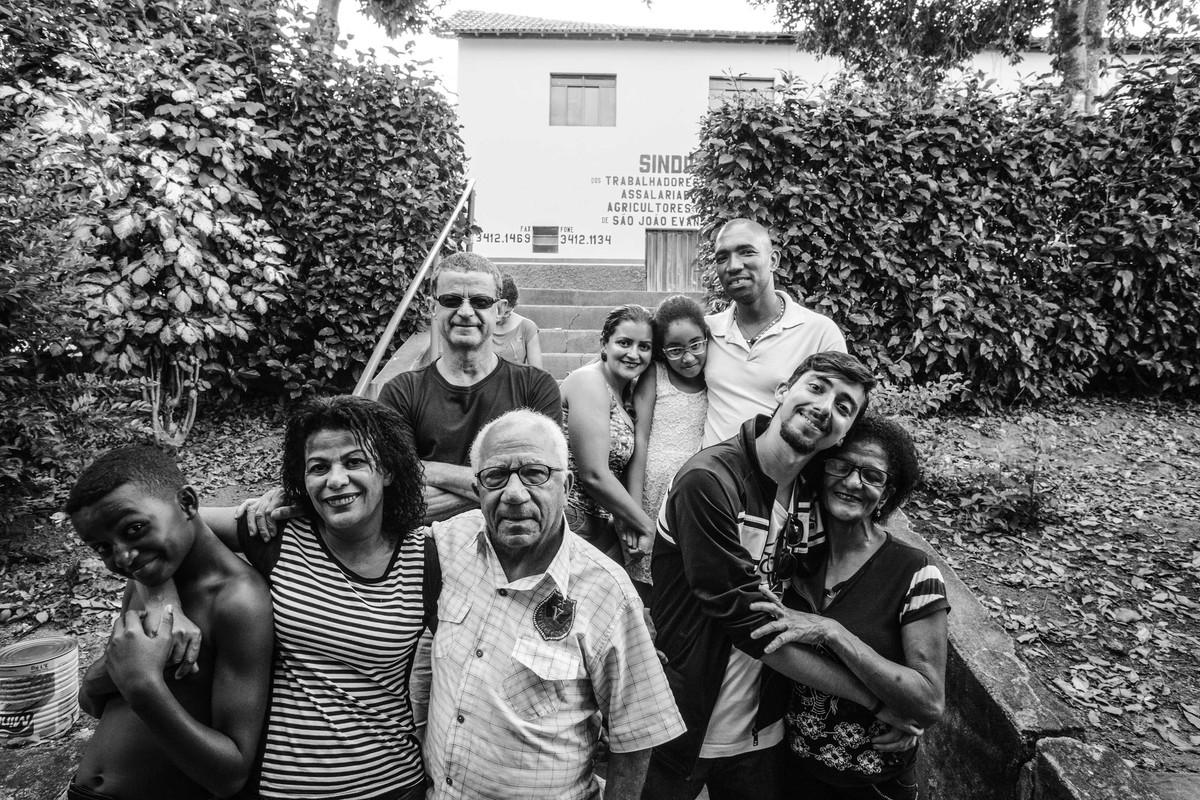 fotografia de familia em são joão evangelista realizada pela UmGirassol após wedding brasil