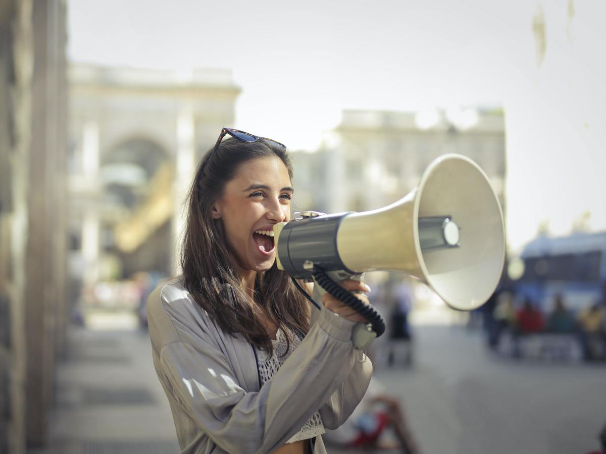 Imagem capa - Você sabe o que é o tom de voz da sua marca? por Camila Farani