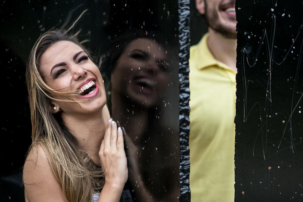 noivos-se-divertem-foto-alegre-no-monumento-ibirapuera-sp-curso-fotografia-workshop-estetica-e-momento