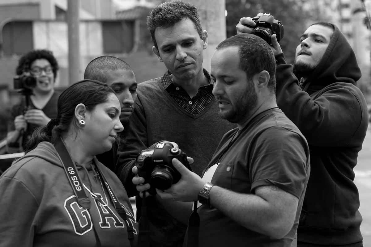 leandro-explica-a-alunos-em-foto-externa-curso-fotografia-workshop-estetica-e-momento