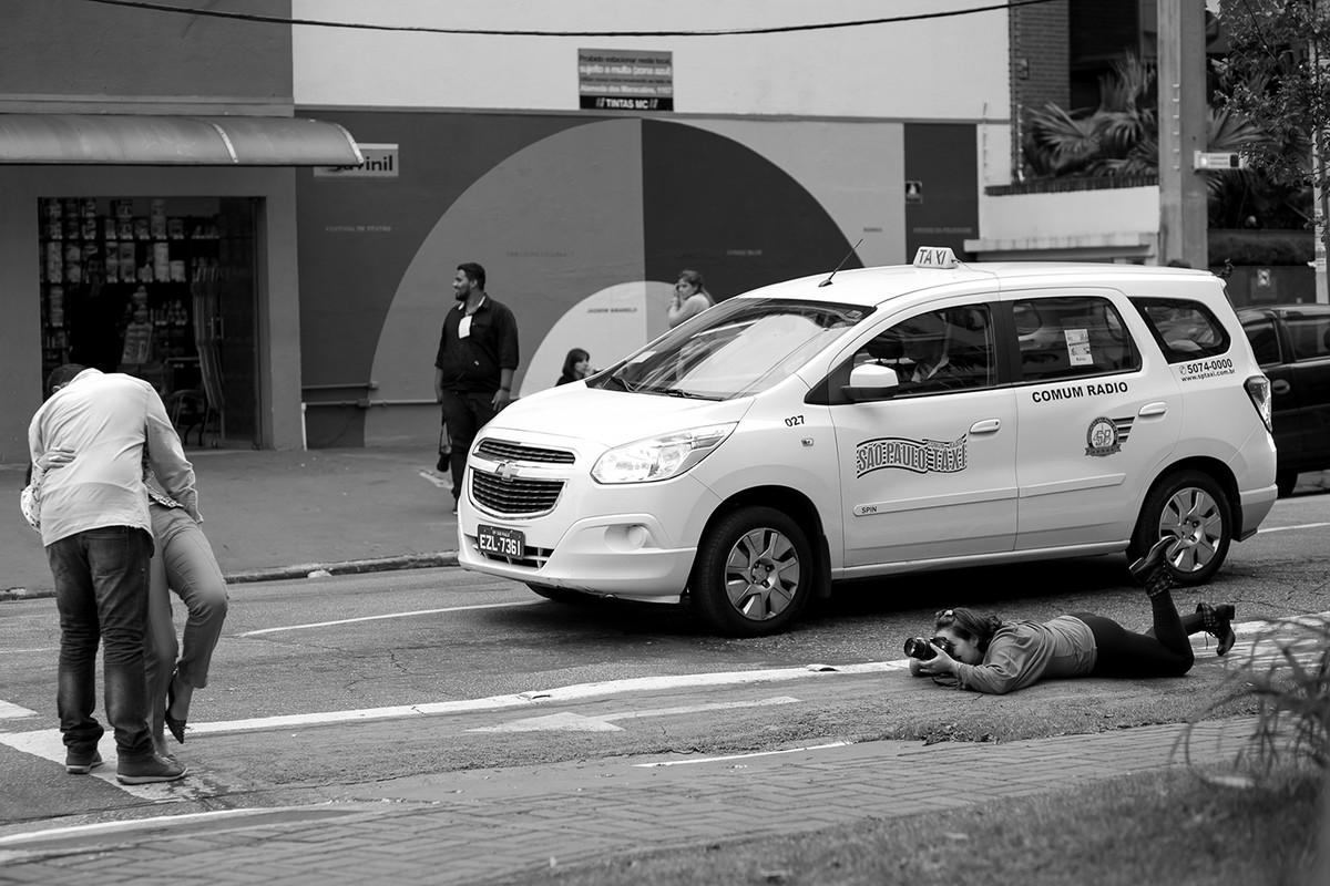 aluna-deita-na-rua-ao-lado-de-carro-curso-fotografia-workshop-estetica-e-momento