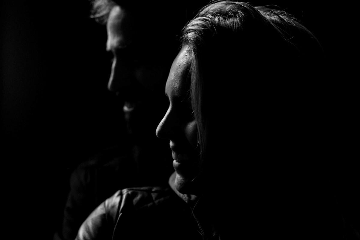 foto em branco e preto do perfil do casal, uma luz que corta com recorte o rosto deixando a foto muito criativa.