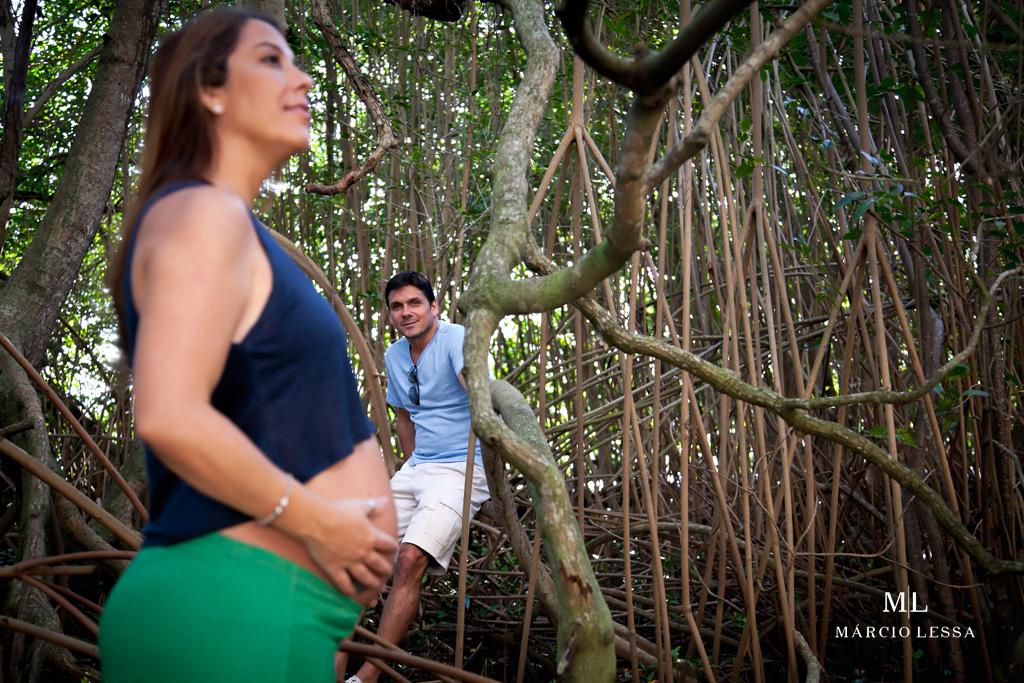 Em meio à vegetação no Ensaio de Gestante por Márcio Lessa | Fotografia