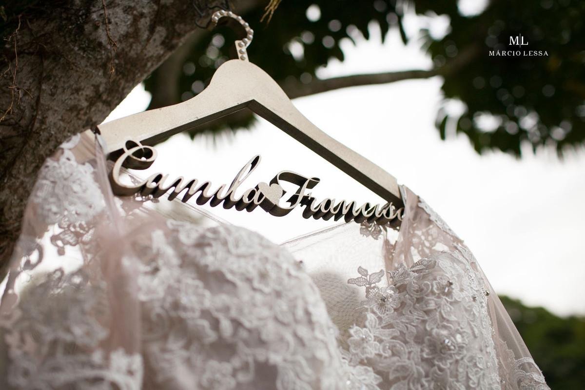 Cabide com os nomes dos noivos e o vestido