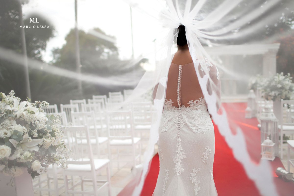 Uma linda fotografia emoldurada pelo véu do vestido da noiva