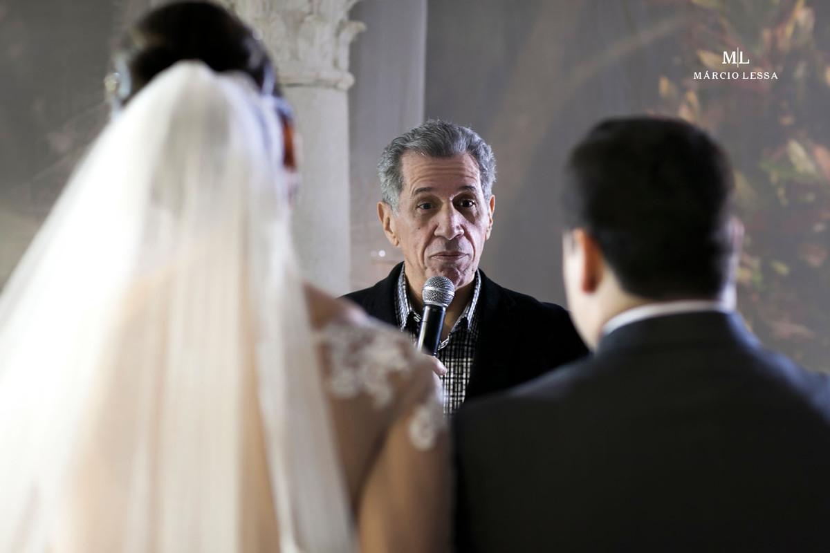 Pastor celebrando o Casamento na Mansão Colina