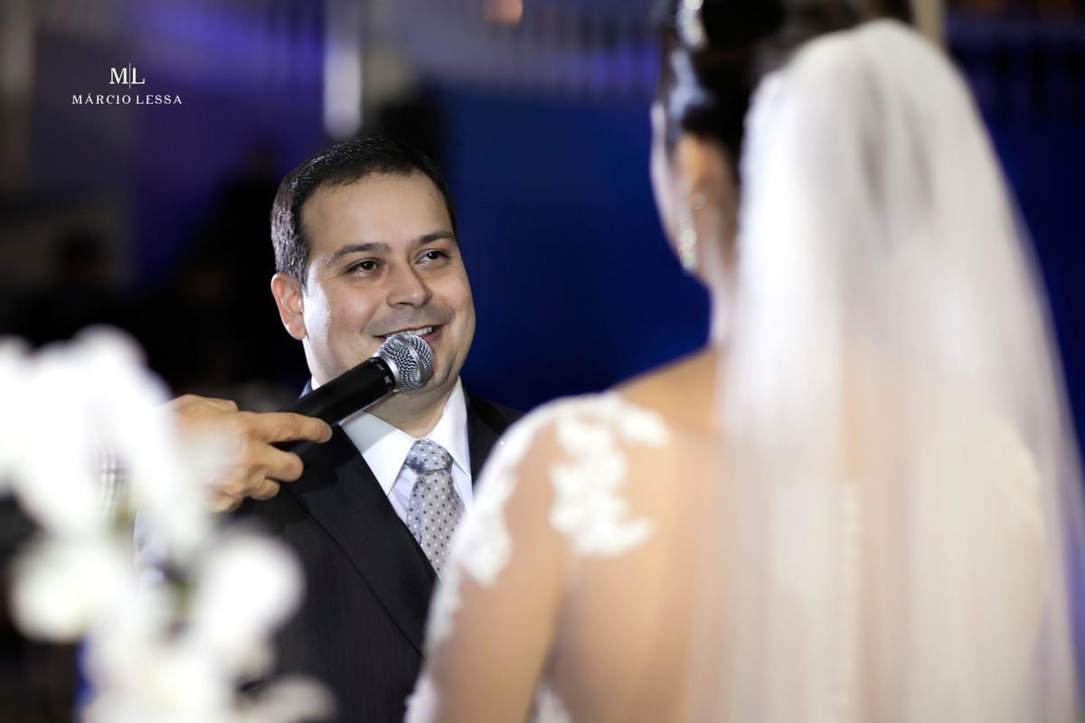 O noivo fazendo sua declaração para a noiva