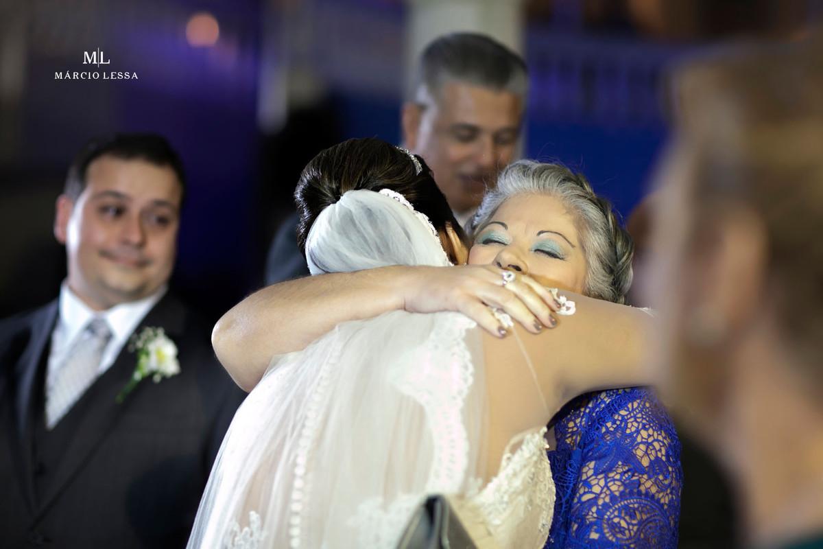 A emoção dos cumprimentos da mãe do noivo