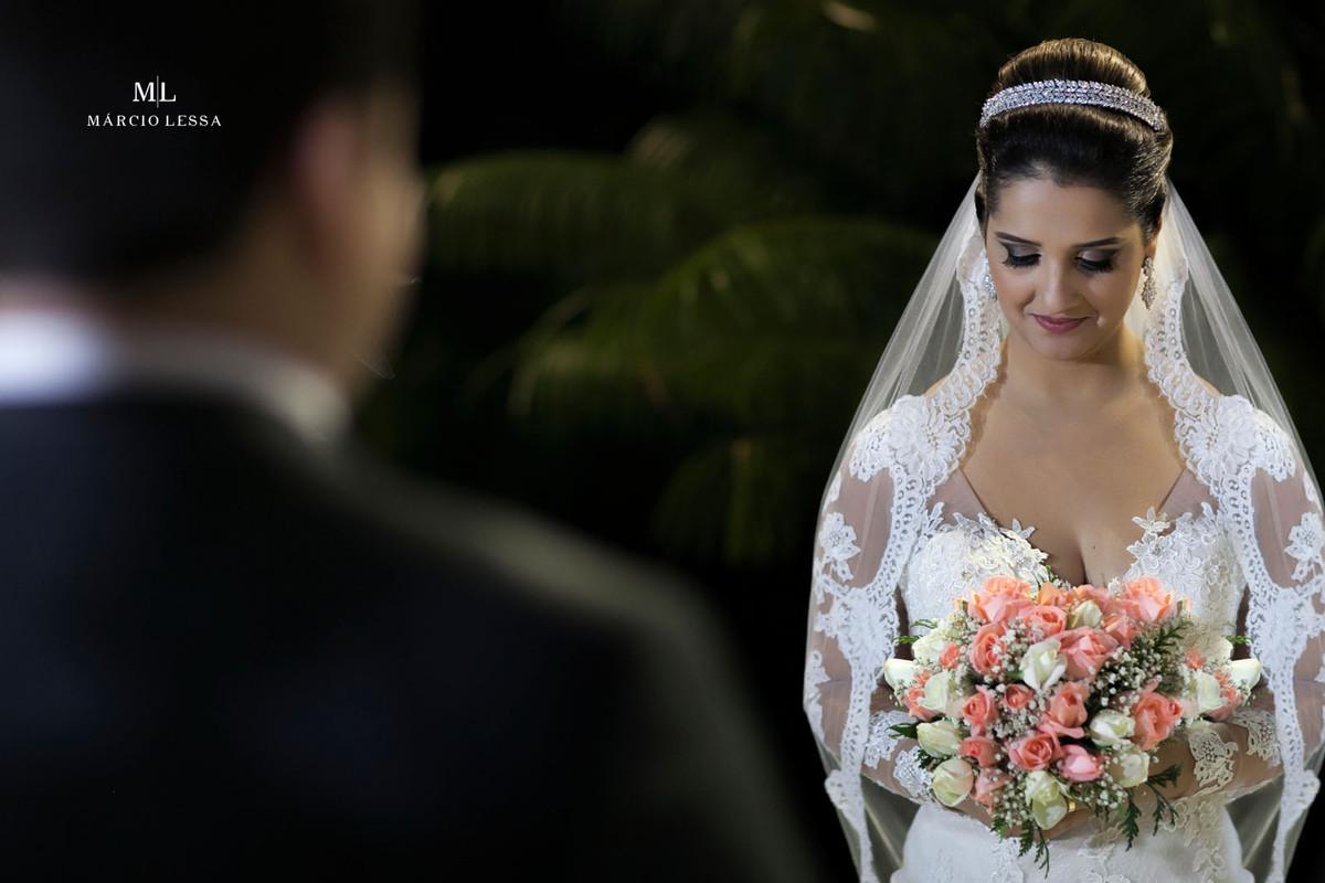 Belíssima fotografia da noiva com o buquê