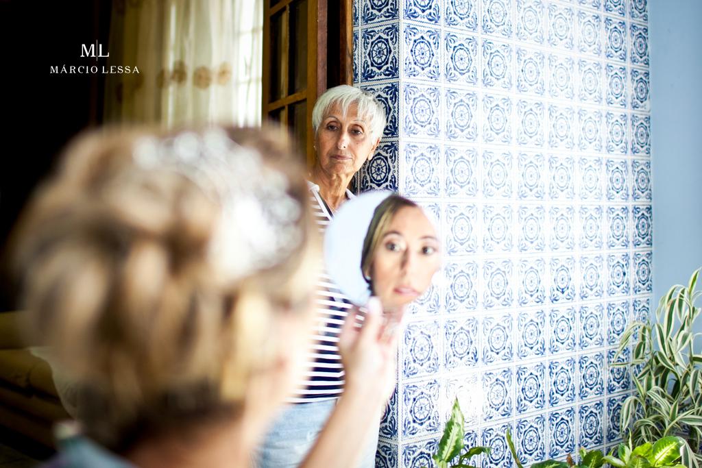 O olhar atento da mãe da noiva | Casamento na Lofty Kingdom Eventos, Rio de Janeiro, RJ, por Márcio Lessa | Fotografia