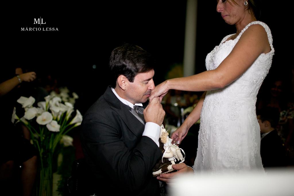 A troca de alianças e o beijo na mão da noiva. Casamento na Lofty Kingdom Eventos, Rio de Janeiro, RJ, por Márcio Lessa | Fotografia