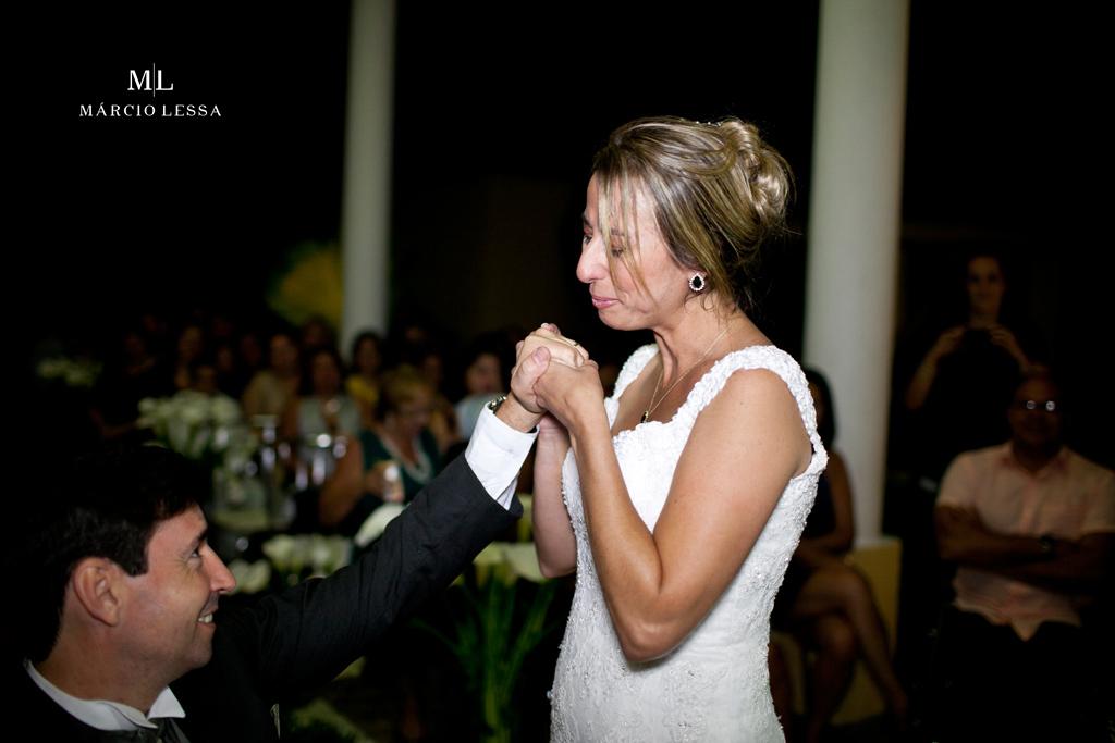 A noiva emocionada e beijo na mão do noivo. Casamento na Lofty Kingdom Eventos, Rio de Janeiro, RJ, por Márcio Lessa | Fotografia