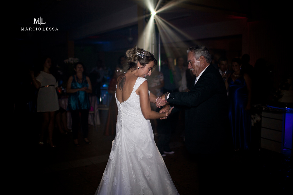 O pai e a noiva em sintonia na dança. Casamento na Lofty Kingdom Eventos, Rio de Janeiro, RJ, por Márcio Lessa | Fotografia