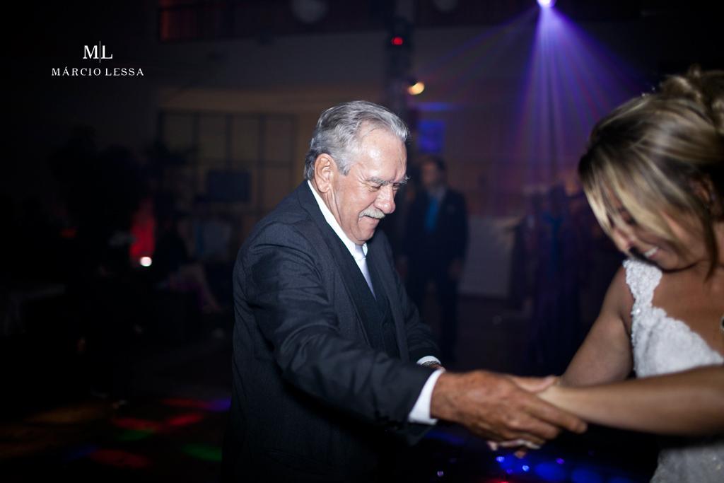 O pai da noiva na pista de dança. Casamento na Lofty Kingdom Eventos, Rio de Janeiro, RJ, por Márcio Lessa | Fotografia