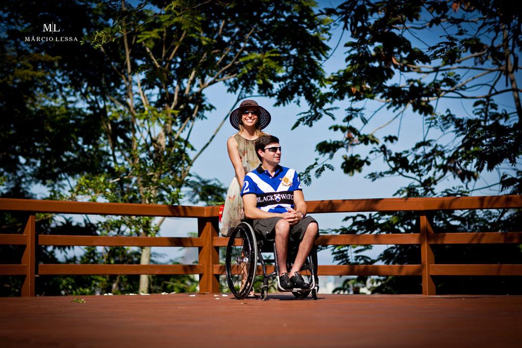 Um passeio com o noivo atleta paralímpico no Pre-Wedding no Parque Penhasco Dois Irmãos, Leblon, Rio de Janeiro, RJ, por Márcio Lessa | Fotografia