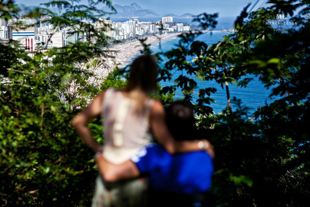 Contemplando a paisagem da Zona Sul do RJ no Pre-Wedding no Parque Penhasco Dois Irmãos, Leblon, Rio de Janeiro, RJ, por Márcio Lessa | Fotografia