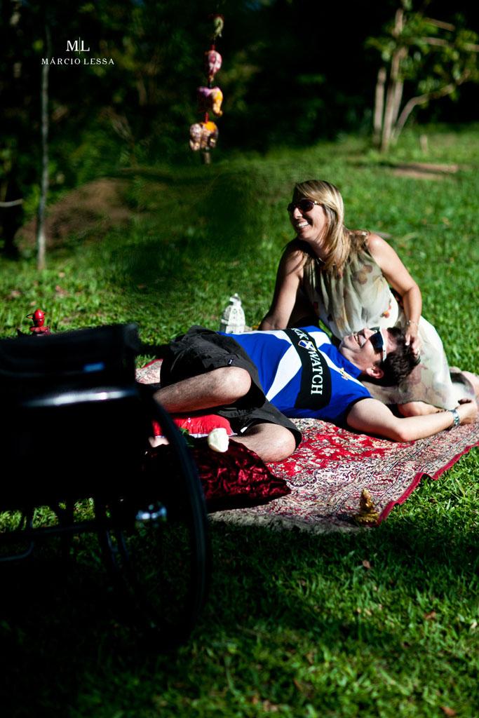 Momento de descontração e alegria dos noivos no Pre-Wedding no Parque Penhasco Dois Irmãos, Leblon, Rio de Janeiro, RJ, por Márcio Lessa | Fotografia